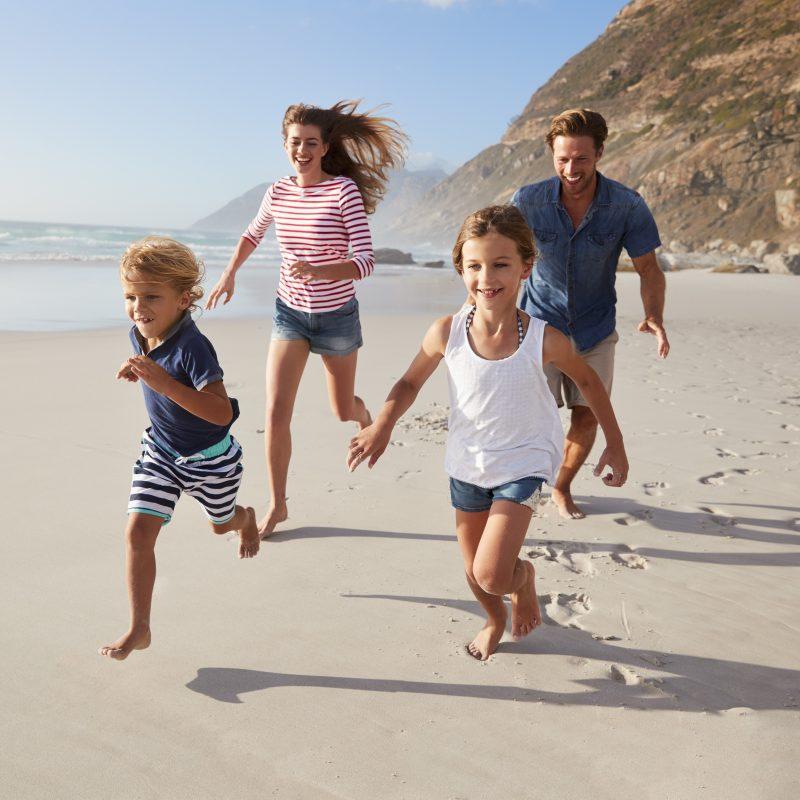 vacances famille en groupe à la mer