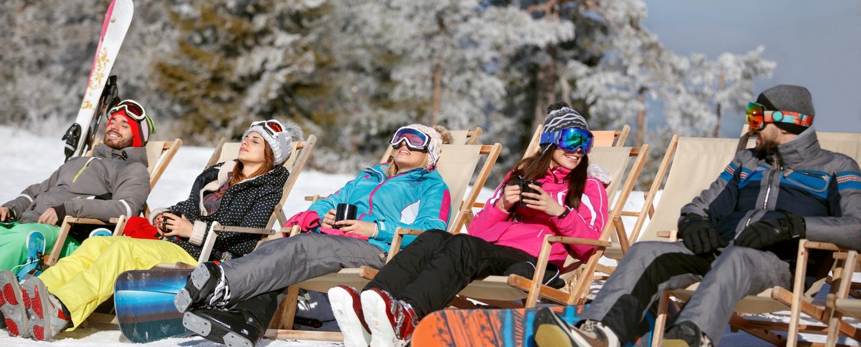 groupe de skieurs prenant un bain de soleil